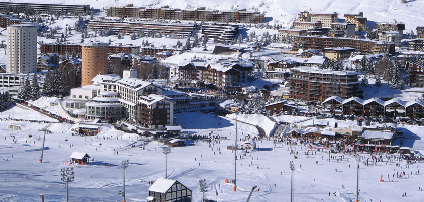 Italy_Milky-way-ski-area_Sestriere_New-Year-town-view.jpg